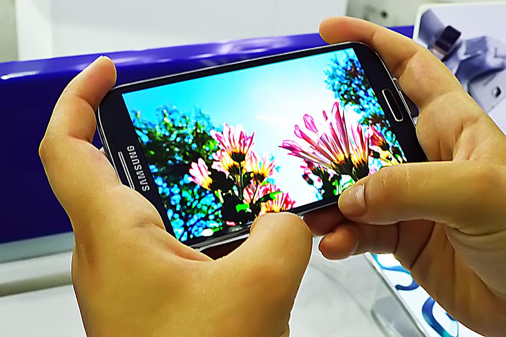 Samsung to develop a smartphone with wraparound display?